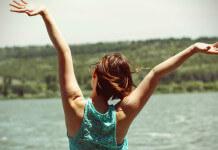 把手舉起來