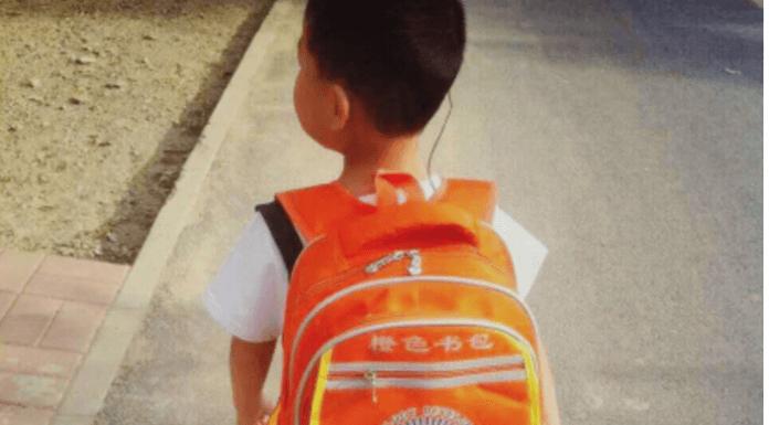背橙色背包的小朋友有聽力障礙