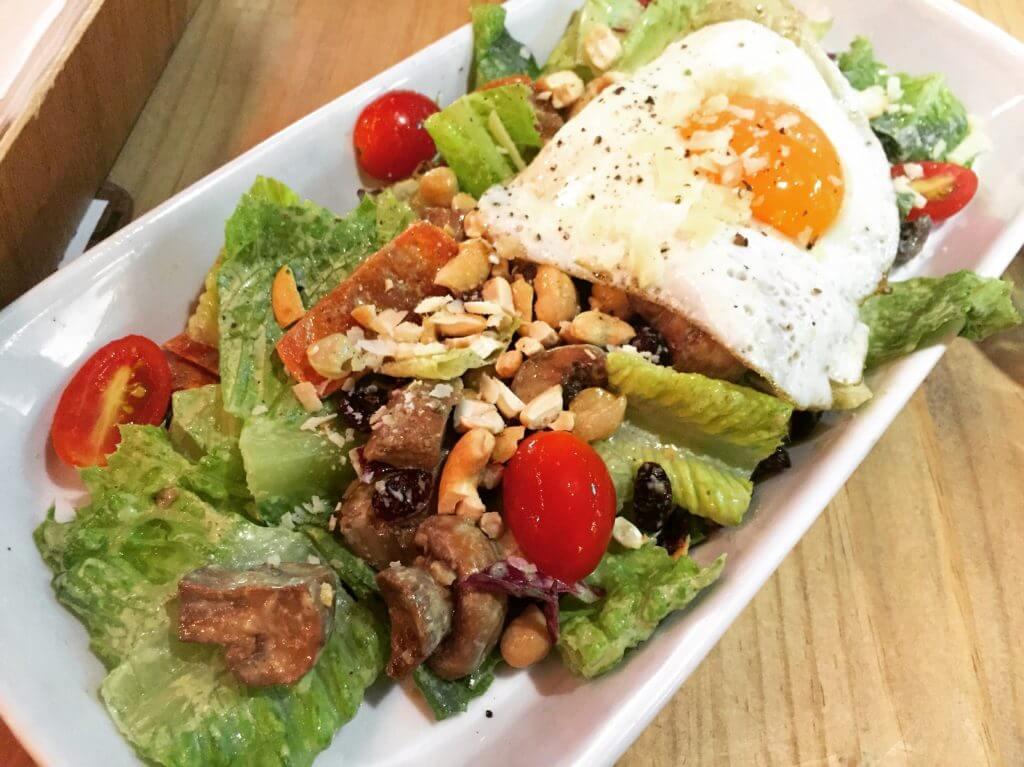 流口水青醬沙拉和煎蛋。(圖/吐司客拍攝)