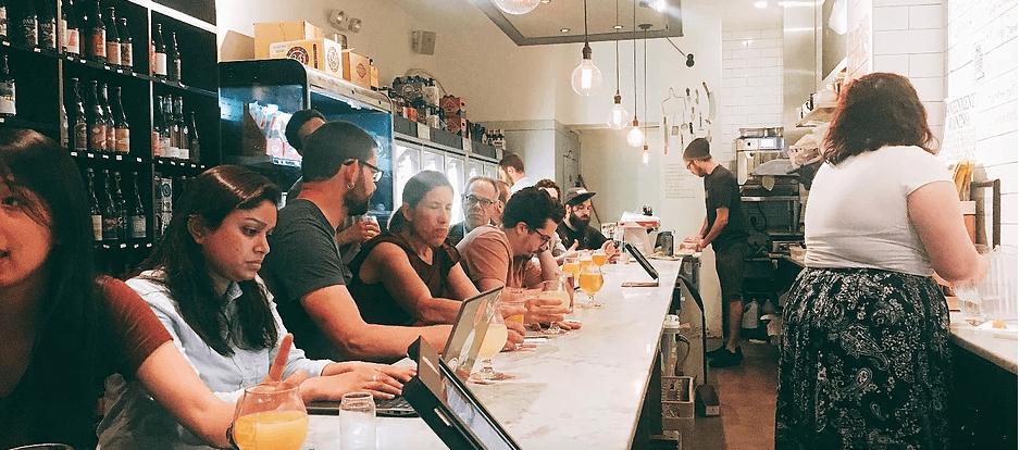 店內的氛圍非常舒服,少了一般酒吧的喧囂,多了一份咖啡廳的安詳,不管是三五好友小聚,或是帶本書或電腦去做事都很適合,圖中的是東村分店的內部。(wen拍攝)