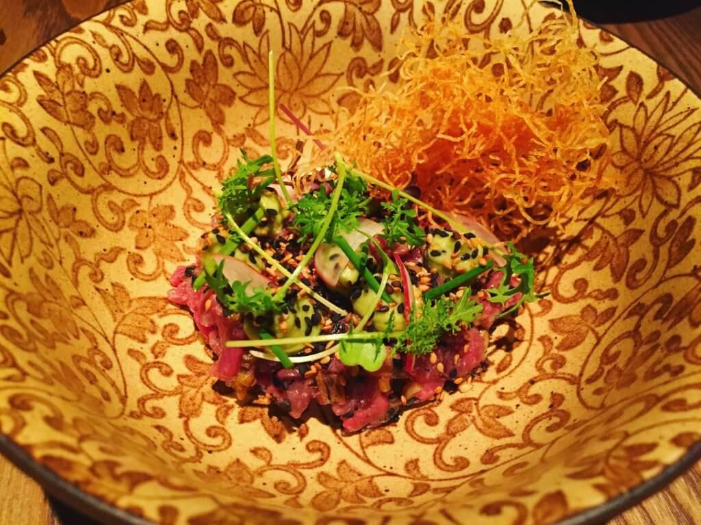 Longtail 夏威夷風味生牛肉韃靼、焦香三星蔥、生薑、芥末葉。(圖/吐司客拍攝)