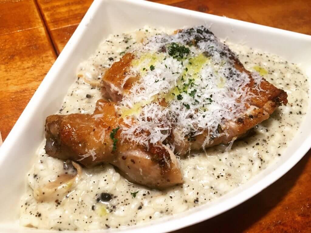 吃義燉飯-松露磚塊雞腿排奶油野菇燉飯。(圖/吐司客拍攝)