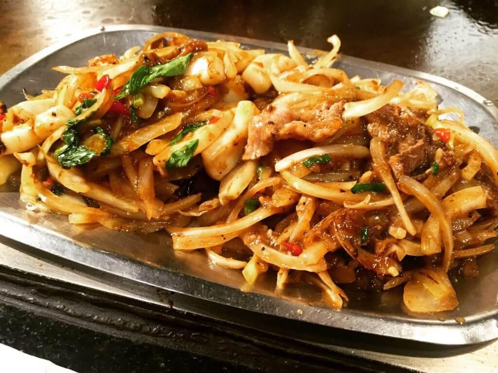 香連鐵板燒炒牛肉片與炒三鮮。(圖/吐司客拍攝)