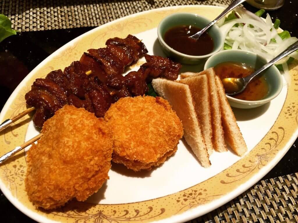 暹廚泰式料理餐廳金錢蝦餅+泰式豬肉串羅望醬。(圖/吐司客拍攝)