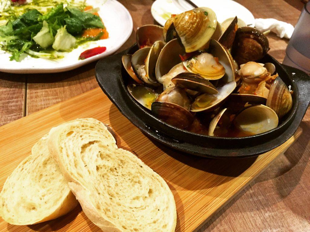 Cin Cin Osteria 請請義大利餐廳白酒風乾番茄臘腸蛤蜊鍋。(圖/吐司客拍攝)