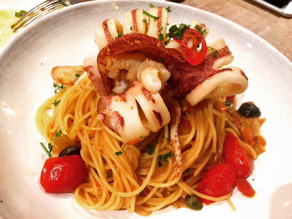 Cin Cin Osteria 請請義大利餐廳手釣透抽躺在煙花女上麵 。(圖/吐司客拍攝)