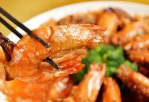 逗趣的菜色「酢醋蝦」,運用火腿在蝦子背上綁了包袱,口味上用番茄醬調出酸味,在溫柔婉約的台菜裡頭是很特別的菜式! (圖片來源:台南晶英酒店提供)