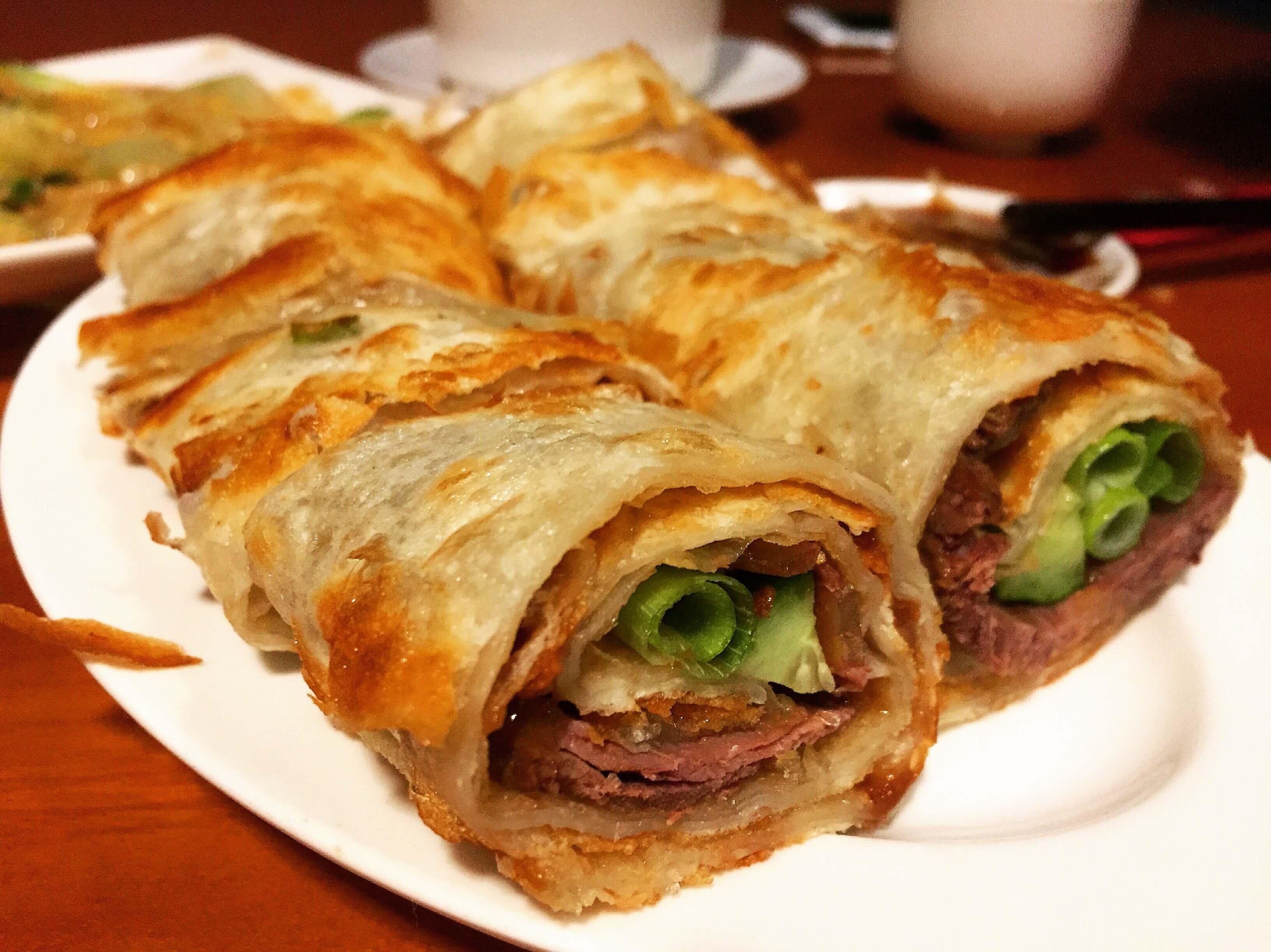 盛園絲瓜小龍湯包的大餅捲牛肉。(圖/吐司客拍攝)