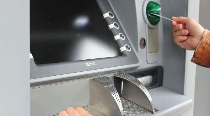一則來自 上海銀行前金分行李水德經理 的訊息,老阿伯要求幫忙從自動提款機取錢,小心變成詐騙集團的替身?(圖片來源:https://pixabay.com)