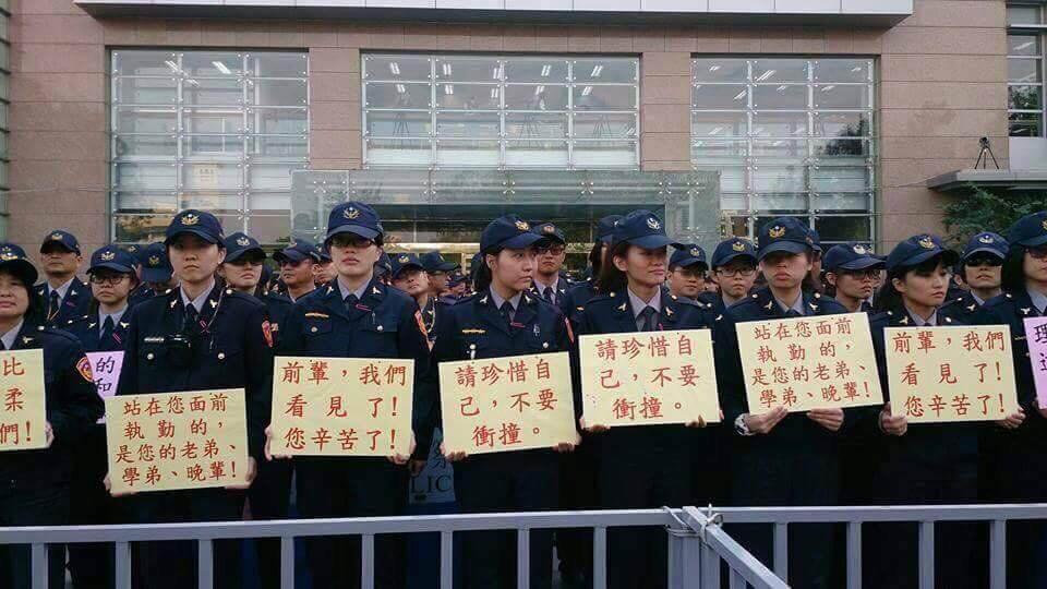警察手持標語原始版(他家媒體拍攝)