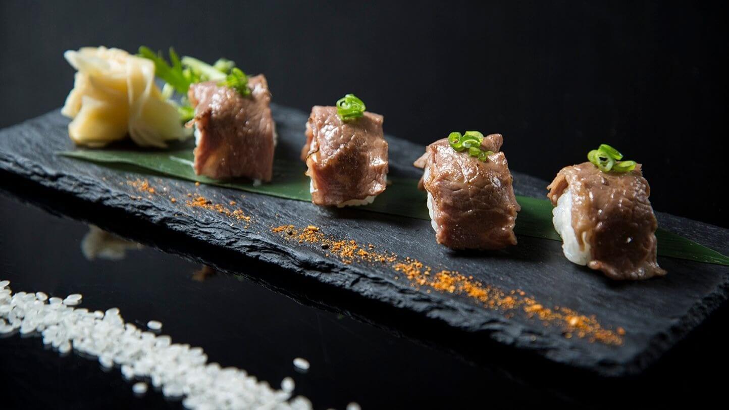 美牛炙燒握壽司,每份四貫320元起。 (圖/台南晶英酒店提供)