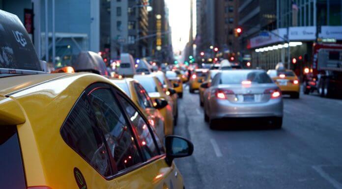 開車不要跟在計程車後面