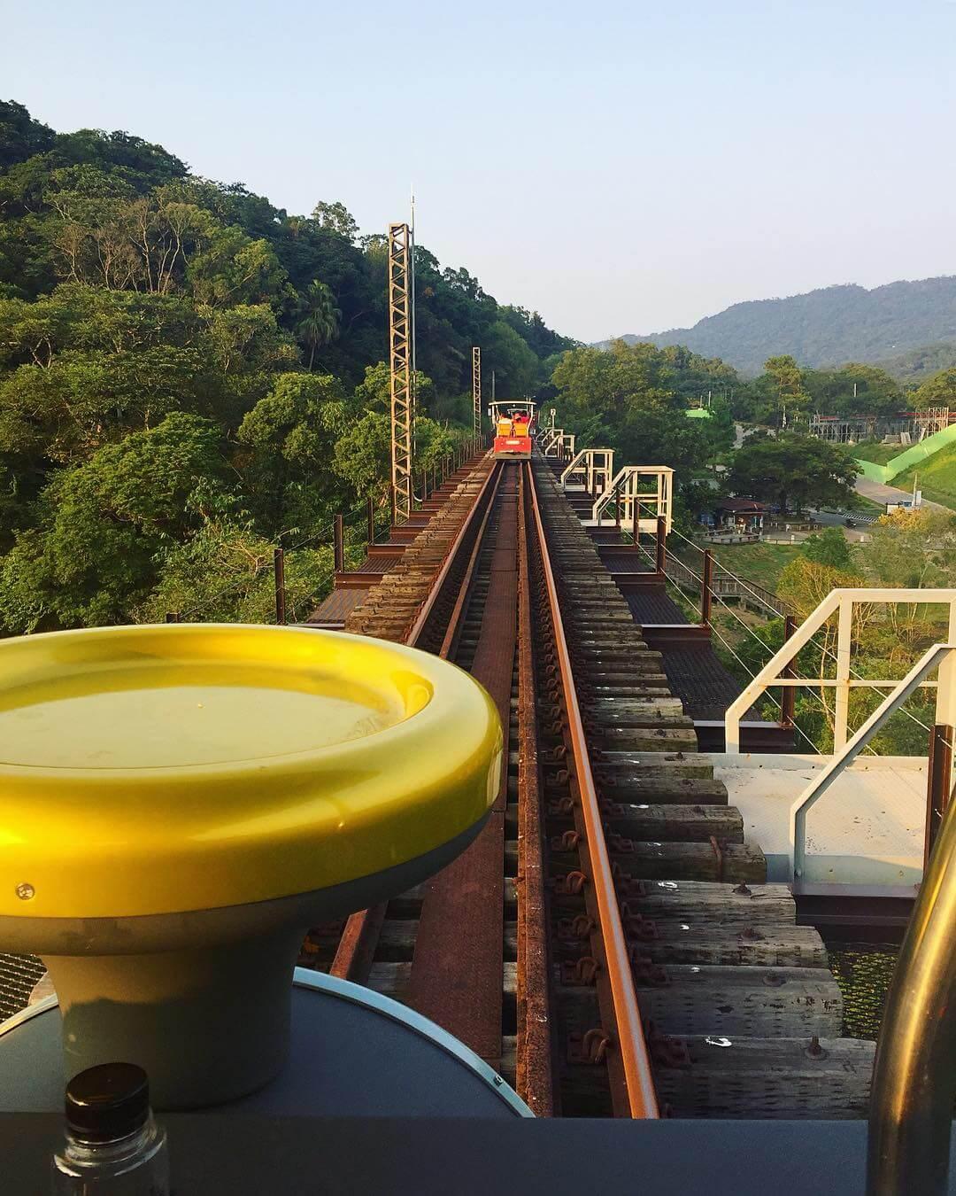 鐵道自行車走在魚藤坪鐵橋上。(圖/吐司客拍攝)