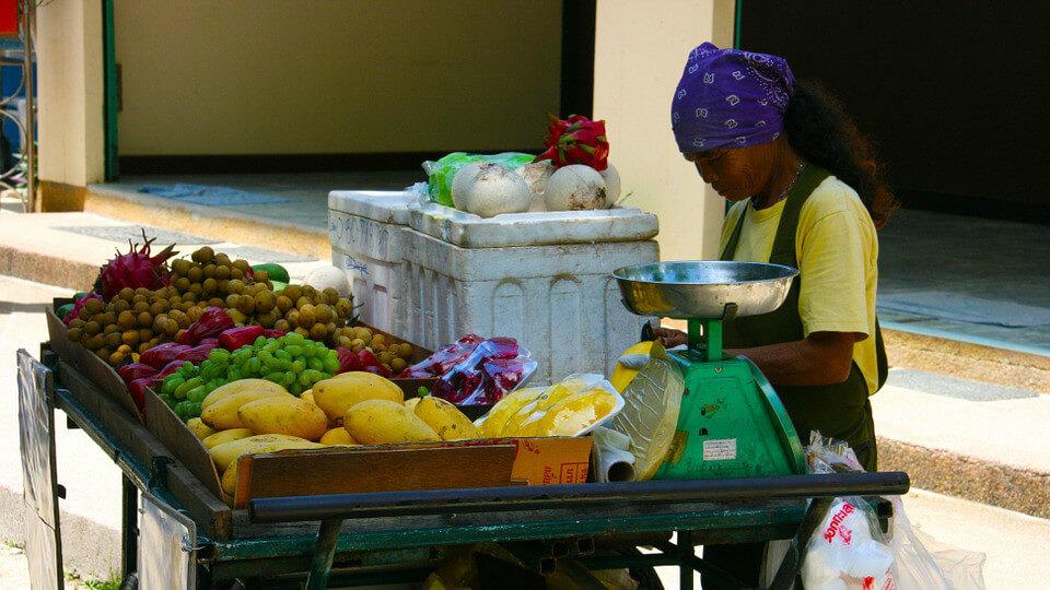 泰國水果攤正妹給的手套不要接 (圖翻攝自網路)
