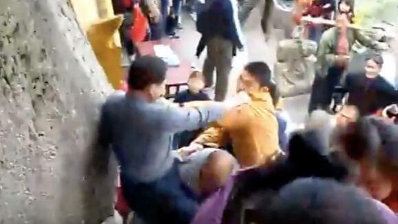 五一假期九華山 和尚們抄起佛像下的鐵棍就群毆香客 ?假的!這是9年前的舊影片