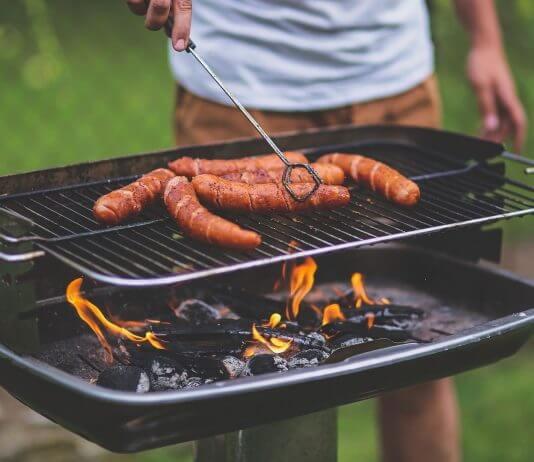 不要戴著隱形眼鏡生火烤肉,過熱的溫度會 熔化隱形眼鏡 ?皮膚會先燙傷啦!(圖片來源:https://pixabay.com)