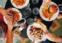 晚餐吃太飽(圖翻攝自網路)