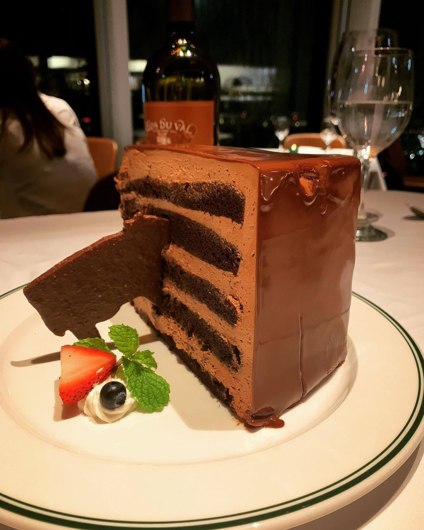 巨大巧克力蛋糕。(圖/吐司客拍攝)