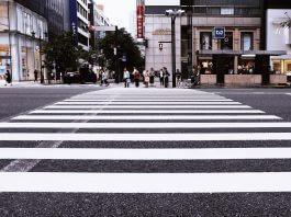 過馬路一定要走斑馬線, 被警察抓到一定開罰單1800元 ?錯!罰鍰清清楚楚別亂說(圖片來源:https://pixabay.com)